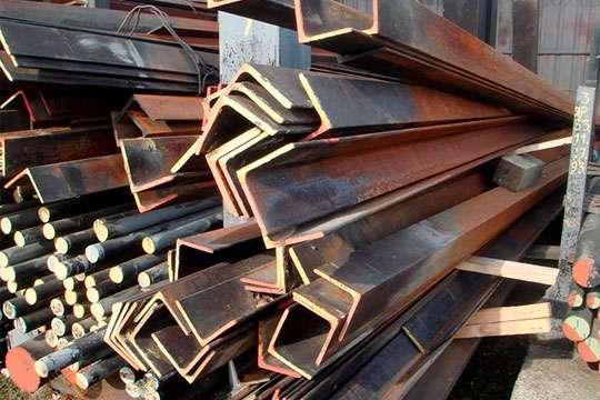 Восстановленный металлический уголок или швеллер